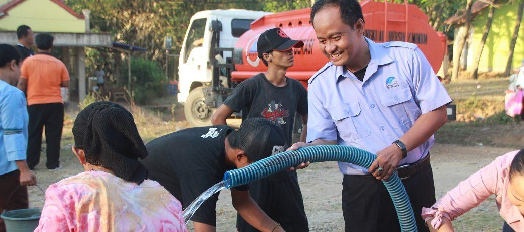 PDAM Bagikan Air Bersih Kepada Korban Kekeringan