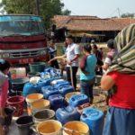 Dampak Kemarau: PDAM Bagikan Air Bersih Dua Desa di Kabupaten Bekasi