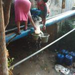 Warga Manfaatkan Air  Uji Coba Pipa PDAM